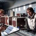 Ecoute de consoles numériques chez Régietek 2011/03. Cédric Duminy, directeur associé de Régietek à gauche, Laurent Delenclos allias Bellote ingé son.