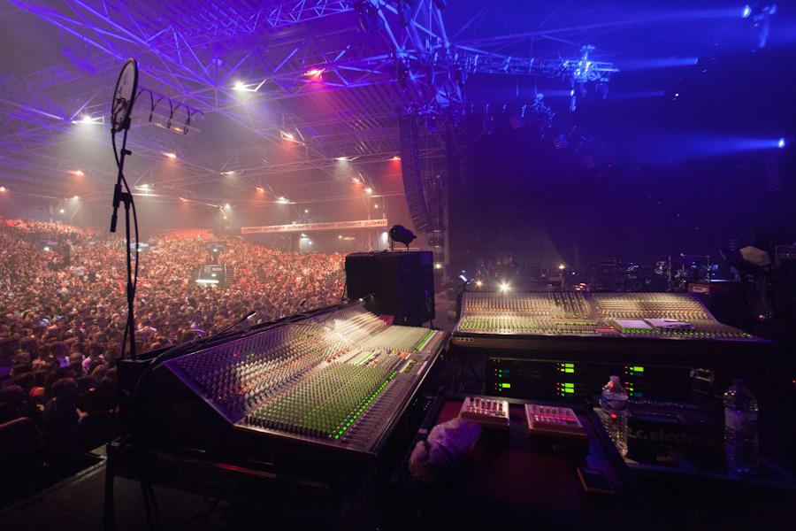 Une vue de la régie retours placée sur scène au contact de l'artiste et du public à quelques minutes du début du show.