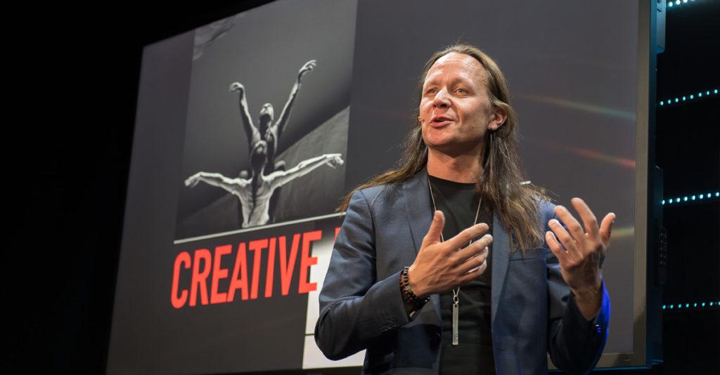 Le concepteur lumière et scénographe Mikki Kunttu