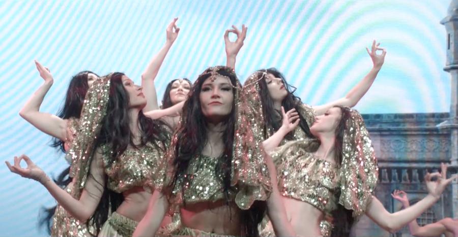 Le tour du monde en 80 jours avec un tableau de danse indienne.
